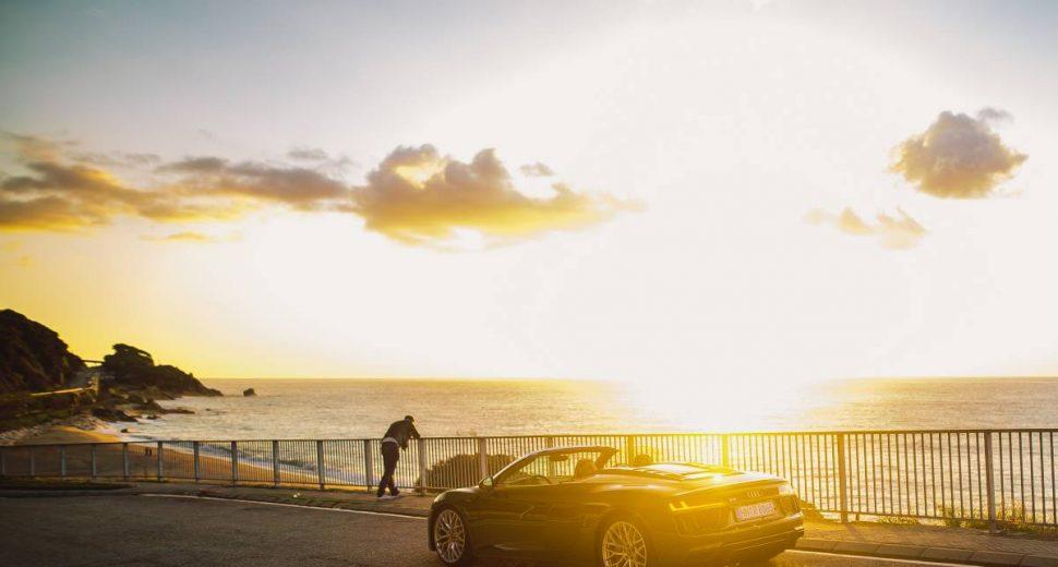 Topless im Audi Supersportwagen durch den Herbst
